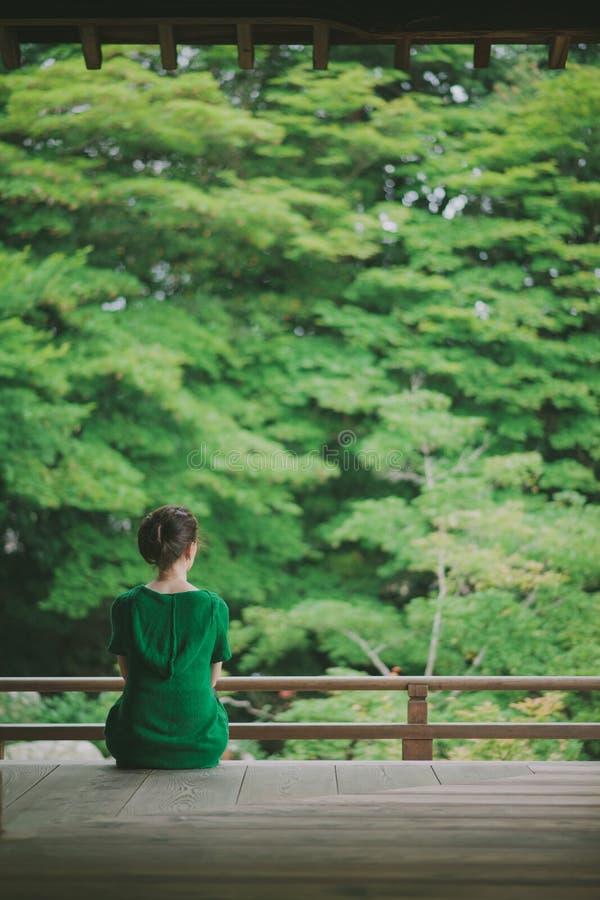 享用从寺庙大阳台的妇女日本庭院,京都,日本 库存照片