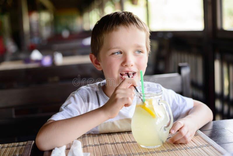 享用他的可口柠檬水的小孩男孩 图库摄影