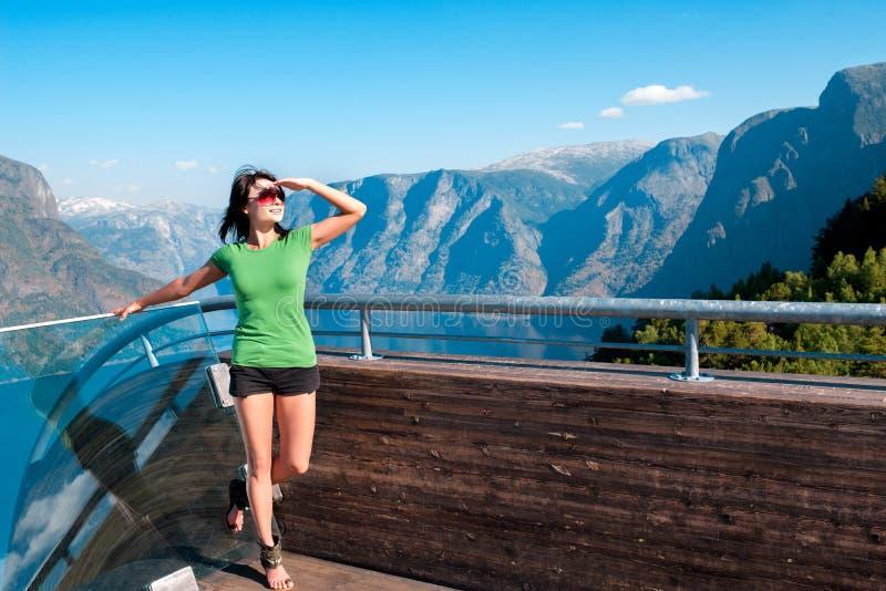 享用scenics从Stegastein观点的妇女 图库摄影