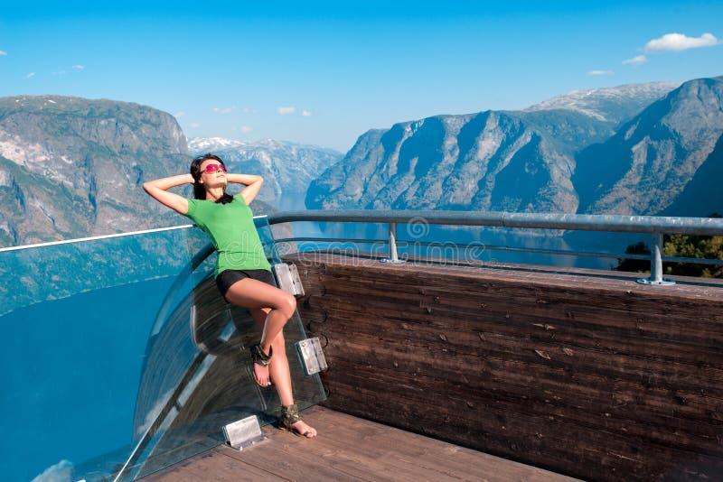 享用scenics从Stegastein观点的妇女 库存照片
