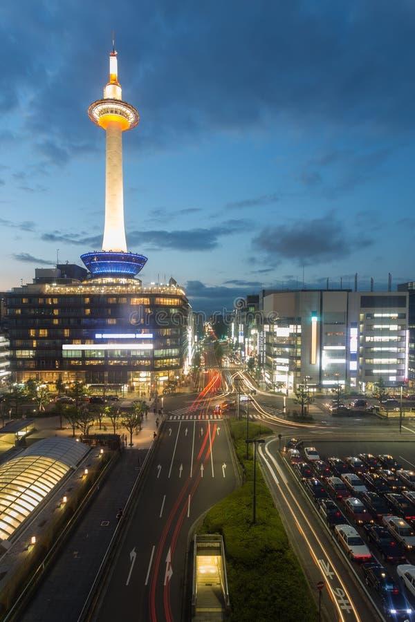 京都塔街市红绿灯黄昏微明 免版税库存图片