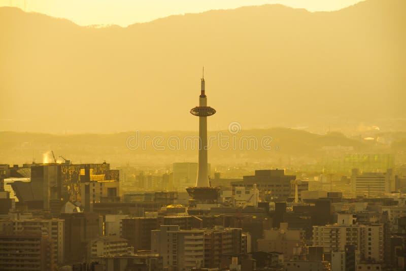 京都塔,在黄昏的日本地平线 免版税图库摄影