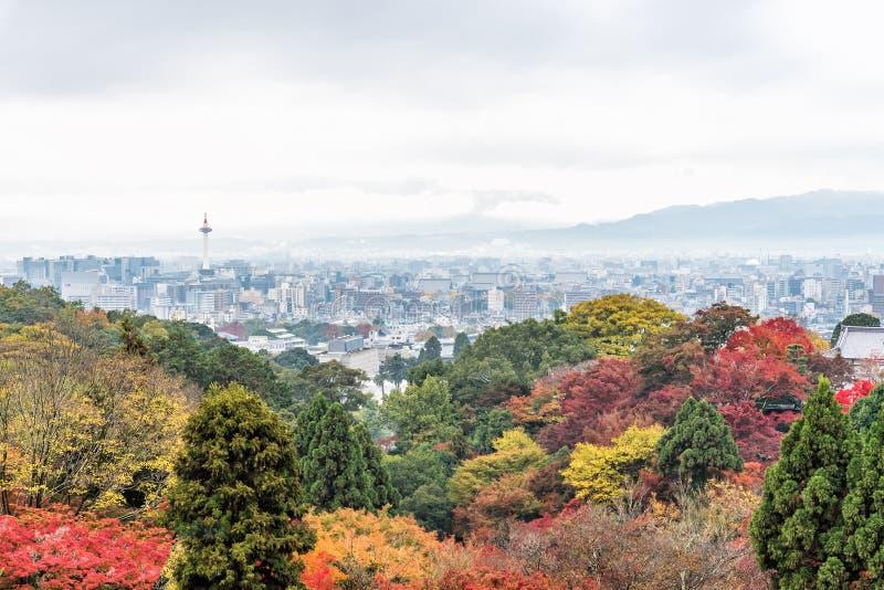 京都市鸟瞰图从清水寺的秋天季节的,日本 免版税库存图片