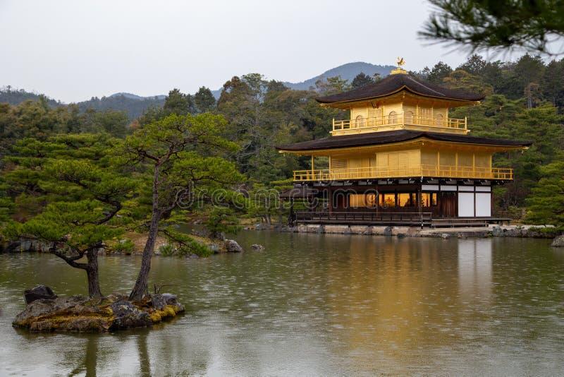 京都旅行:金河寺金亭雨天 免版税库存照片