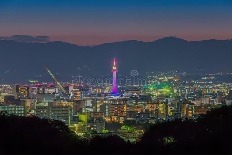 京都都市风景地平线在晚上 库存图片