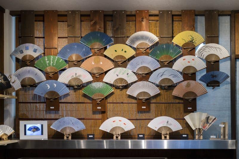 京都,日本-商店窗口用手扇动 库存图片