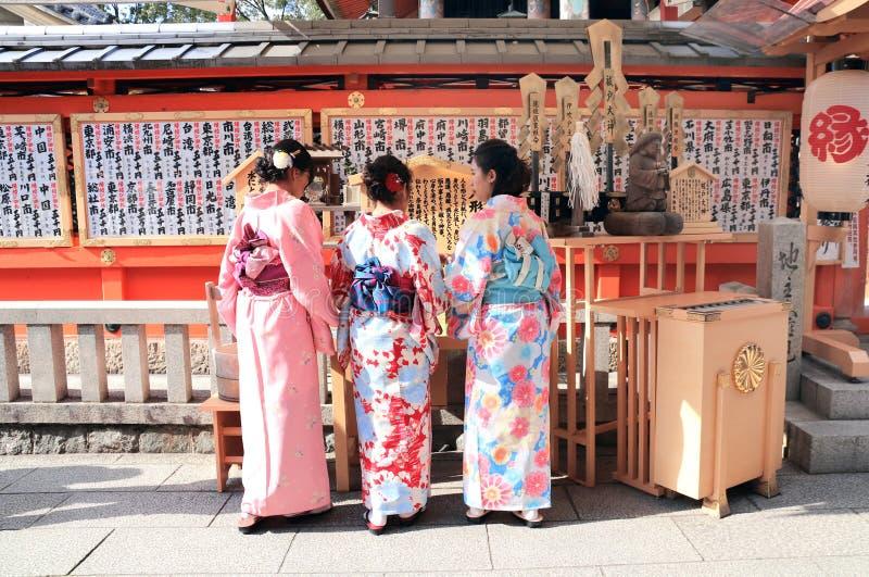 京都,日本- 2019年4月3日:和服的三个女孩在清水寺寺庙的法坛 库存图片