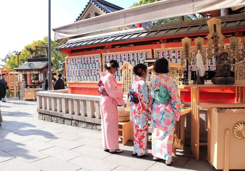 京都,日本- 2019年4月3日:和服的三个女孩在清水寺寺庙的法坛 库存照片