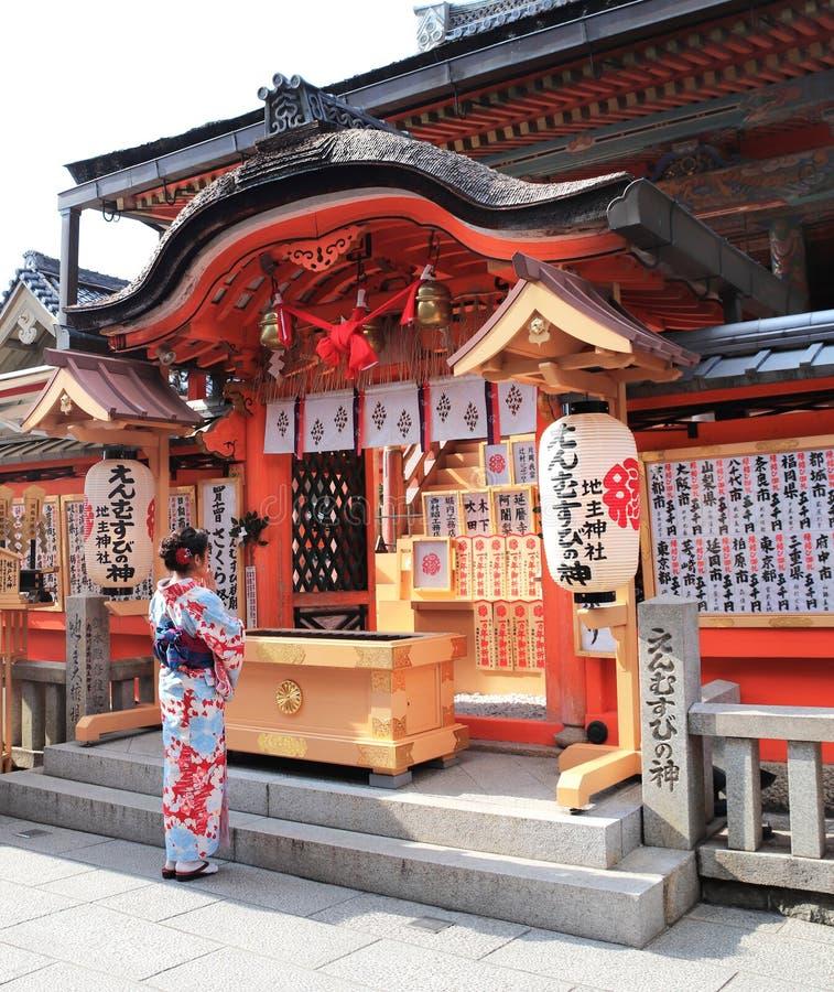京都,日本- 2019年4月3日:和服的女孩在清水寺寺庙的法坛 免版税库存照片