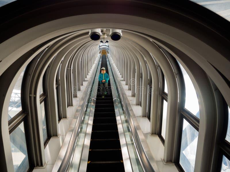 京都,日本- 2017年7月05日:壮观的自动扶梯,一个现代高层摩天大楼的看法在梅田天空大厦的 图库摄影