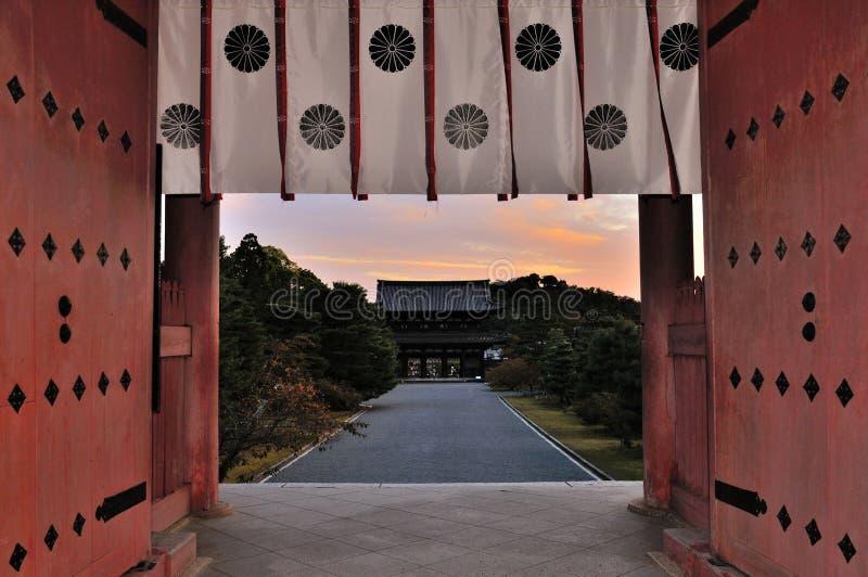 京都Ninnaji在日落的寺庙门 库存照片