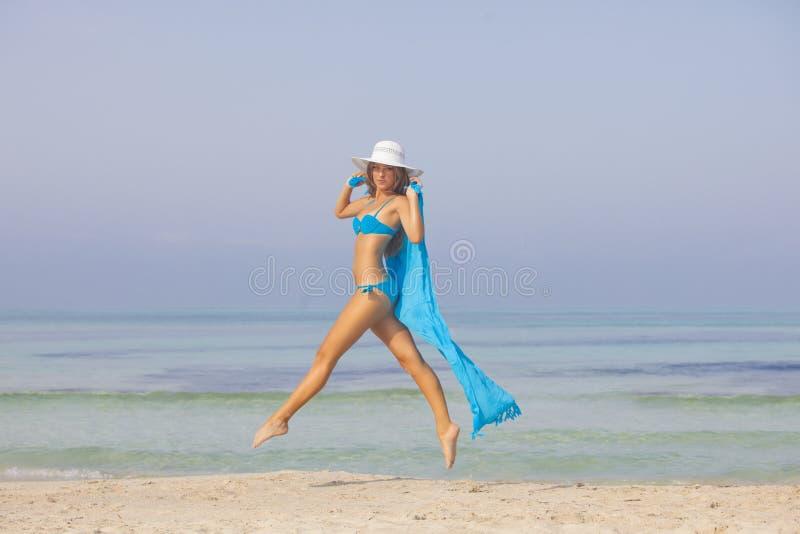 亭亭玉立的妇女在度假或假日 库存照片