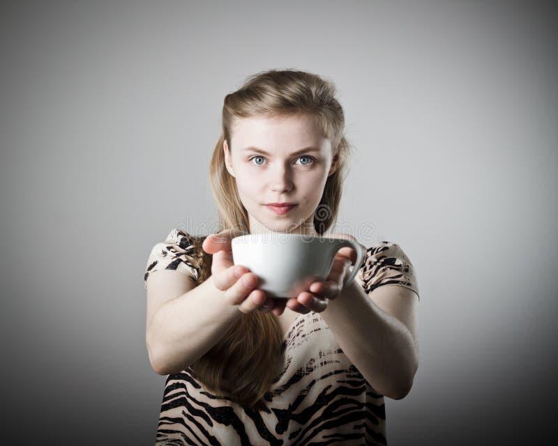 年轻亭亭玉立的妇女拿着一个杯子 库存图片