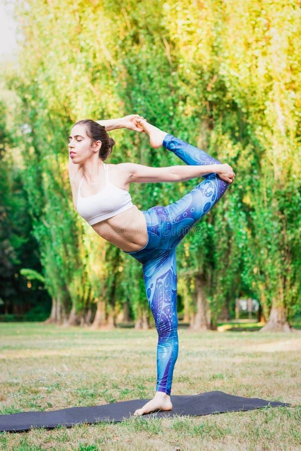 亭亭玉立的少妇实践的瑜伽本质上 Natarajasana姿势 免版税库存图片