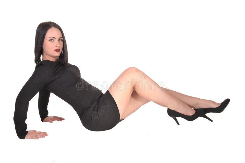 亭亭玉立的年轻女人坐地板 免版税库存图片