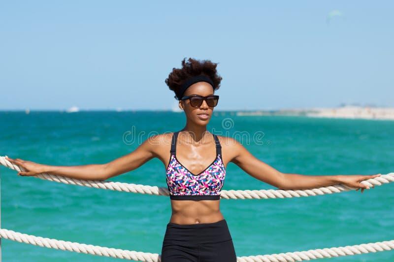 亭亭玉立的非洲妇女在海边 库存图片