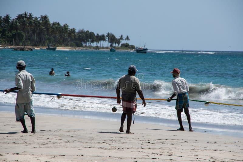 亭可马里,斯里兰卡- 2015年8月30日:Uppuveli海滩的渔夫在斯里兰卡 免版税图库摄影