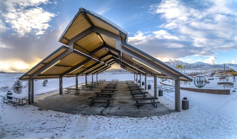 亭子和操场一个积雪的公园的在一个冷淡的冬天季节期间 免版税库存图片