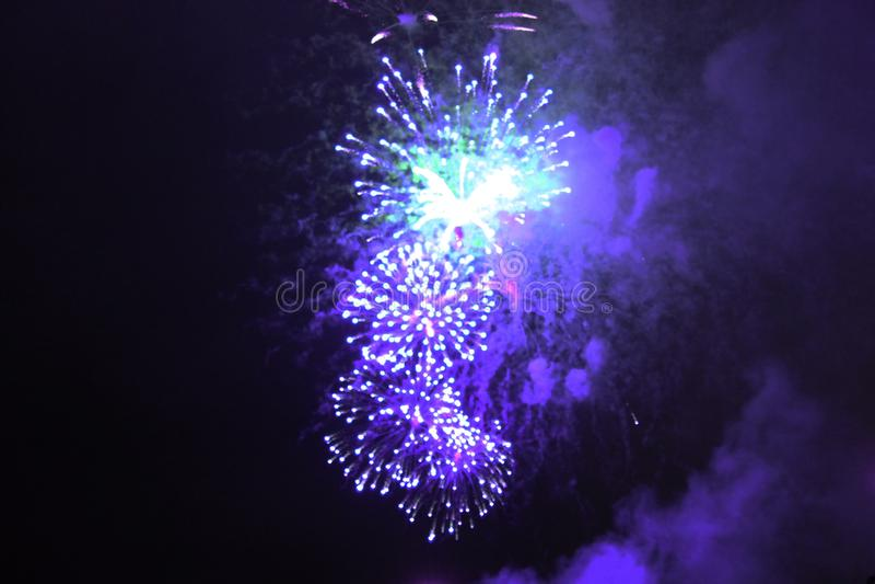 亮紫蓝的火光 万圣节,圣诞节,独立日,新年 库存图片