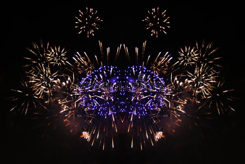 亮紫黄火光的火焰 在万圣节、圣诞节、独立日、新年 免版税库存照片