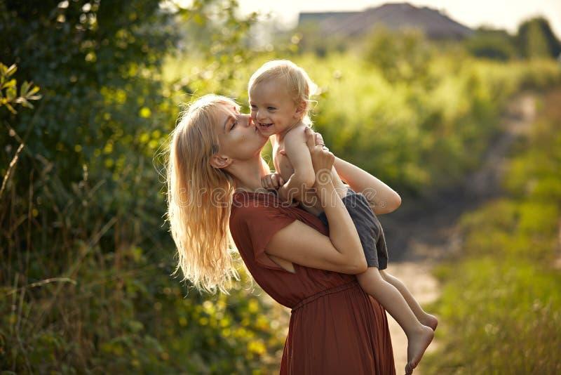 亲亲爱儿子的漂亮年轻母亲 — 乡村背景 库存照片