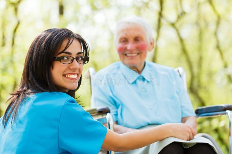 亲切地微笑的护士 免版税库存照片
