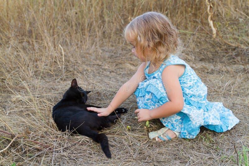 Download 年轻亲切的女孩和恶意嘘声 库存照片. 图片 包括有 少许, 背包, 乐趣, 小猫, 喜悦, beauvoir - 59106652
