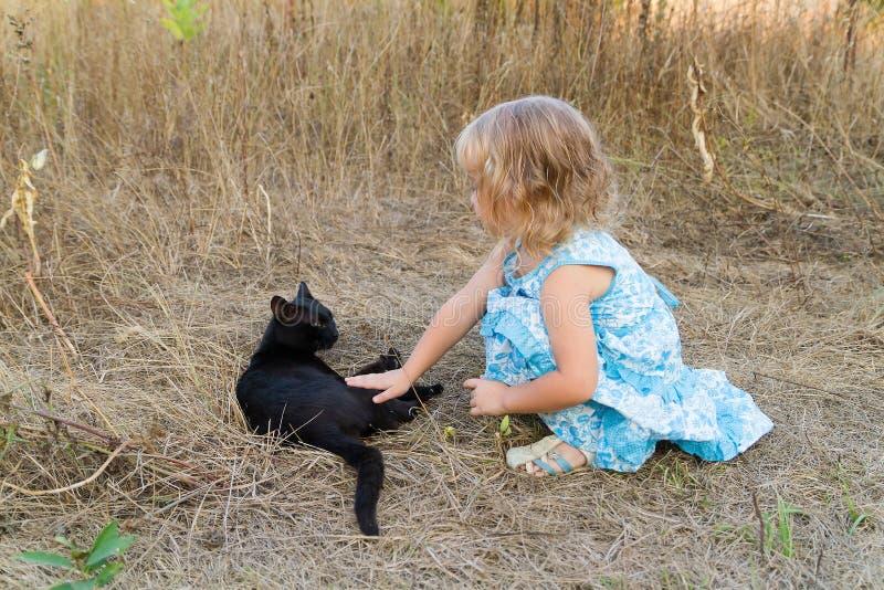 Download 年轻亲切的女孩和恶意嘘声 库存照片. 图片 包括有 小猫, 绿色, 婴孩, 草甸, 投反对票, 愉快, 亲切 - 59106656