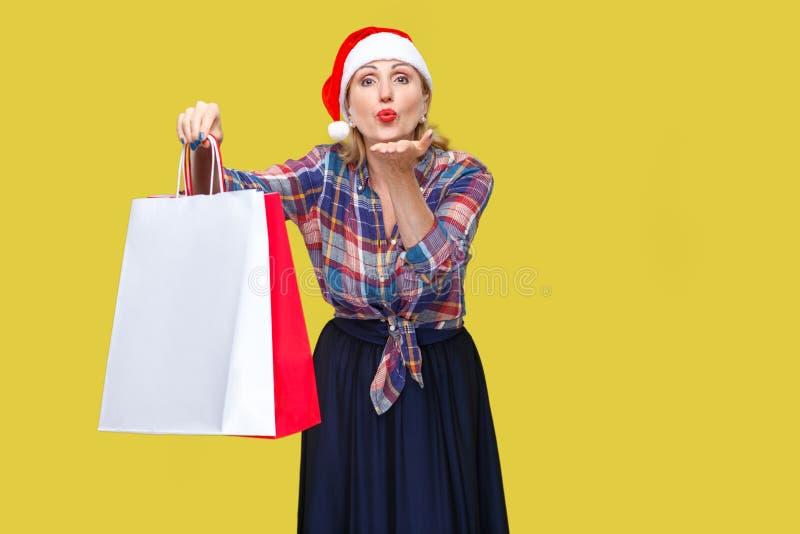亲切的美丽的妇女画象红色圣诞老人盖帽和ch的 免版税图库摄影