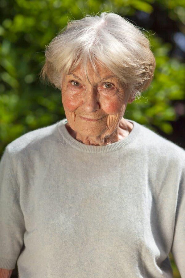 亲切的年长夫人 免版税库存图片