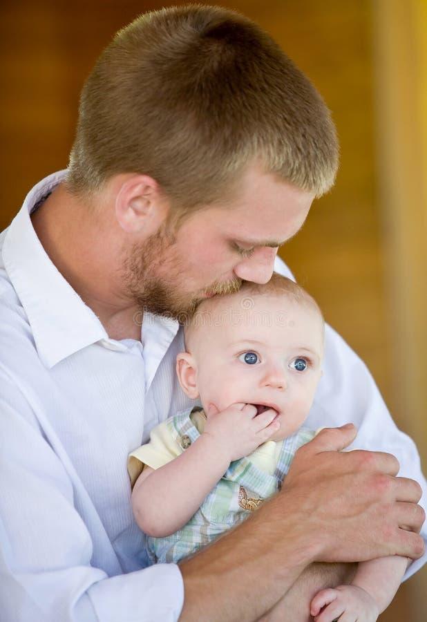 亲吻儿子的父亲 库存图片