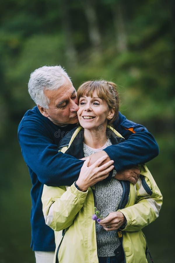 亲吻前辈的夫妇 图库摄影
