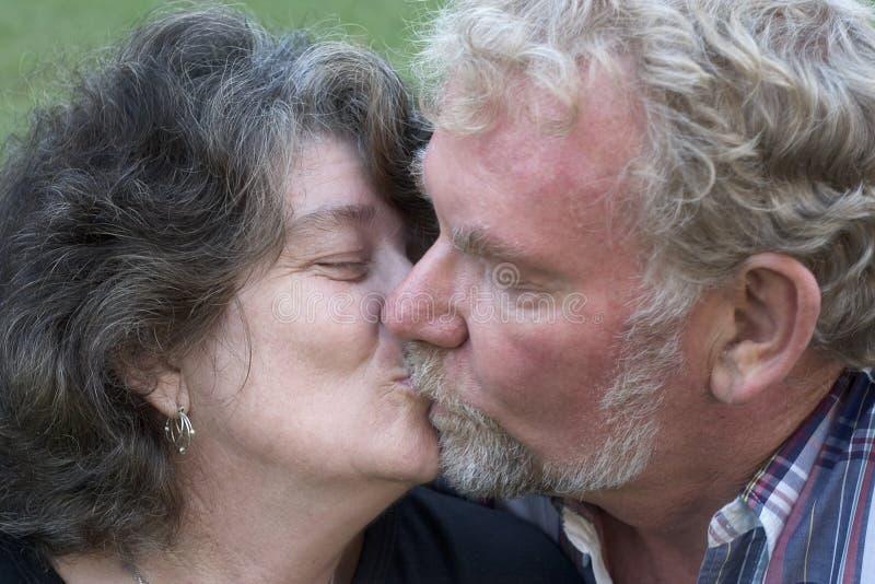 亲吻前辈的夫妇 免版税图库摄影