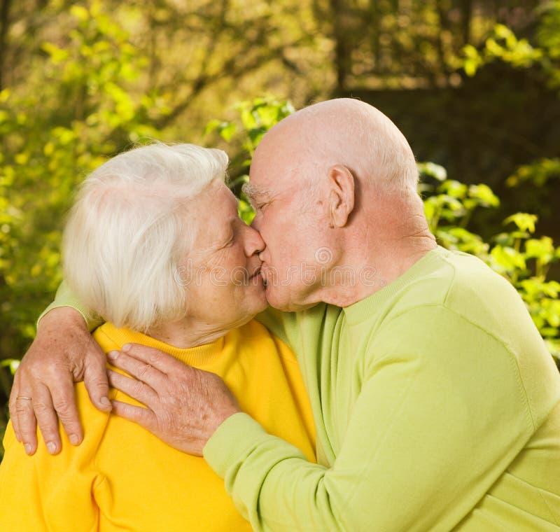 亲吻前辈的夫妇 免版税库存照片