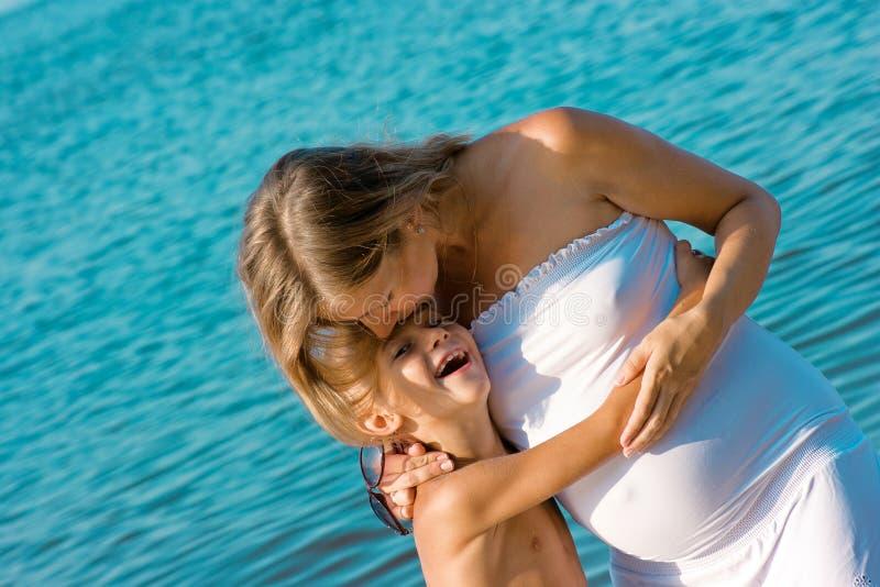 亲吻她的儿子的Ð统治母亲 库存图片