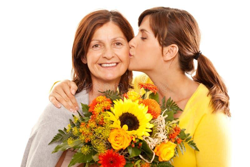亲吻她的母亲的女儿 图库摄影