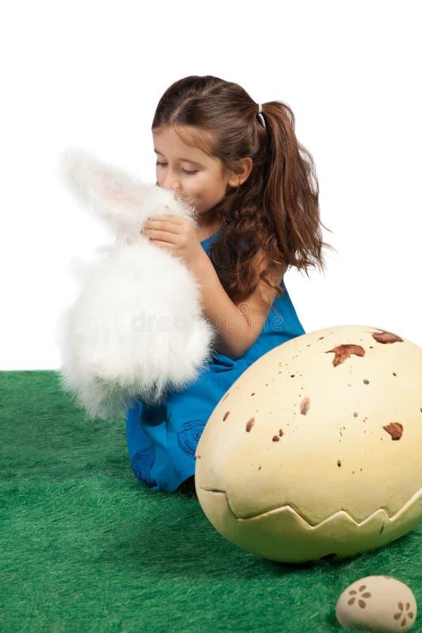 亲吻她的玩具兔宝宝的女孩 库存照片