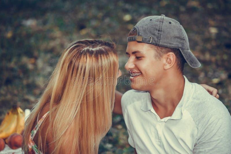 亲吻愉快的爱恋的夫妇拥抱和户外 库存图片
