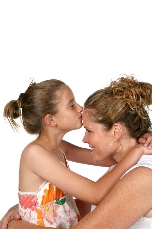 亲吻母亲的女儿 图库摄影