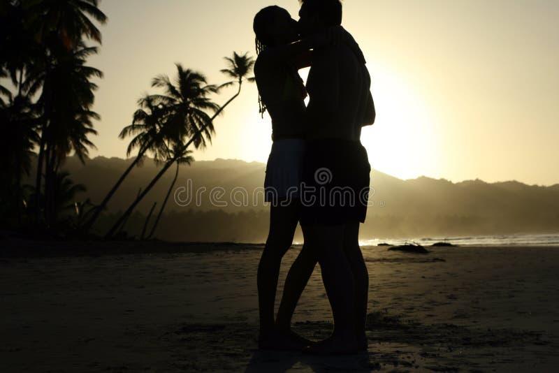 亲吻由日落的夫妇 免版税库存图片