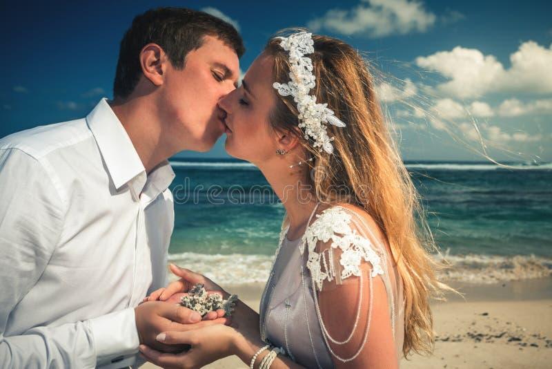 亲吻的夫妇画象在海滩的 旅行在泰国 免版税图库摄影
