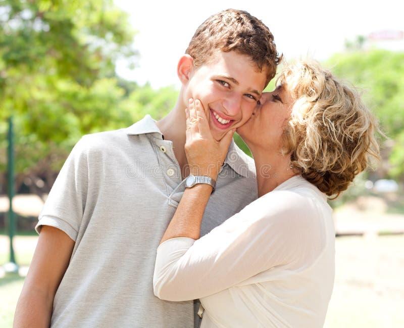 亲吻纵向前辈妇女的愉快的图象 免版税库存照片