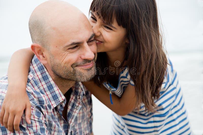 亲吻和乐趣与爸爸 免版税库存照片