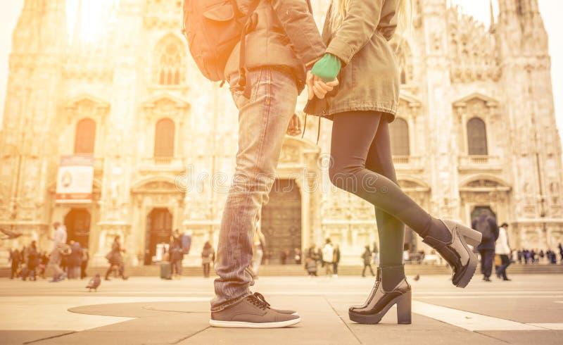 亲吻在中央寺院正方形,米兰的夫妇 免版税库存照片