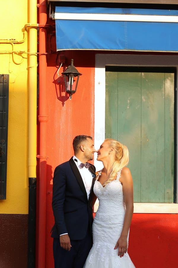 亲吻在城市的新郎和新娘 免版税库存照片
