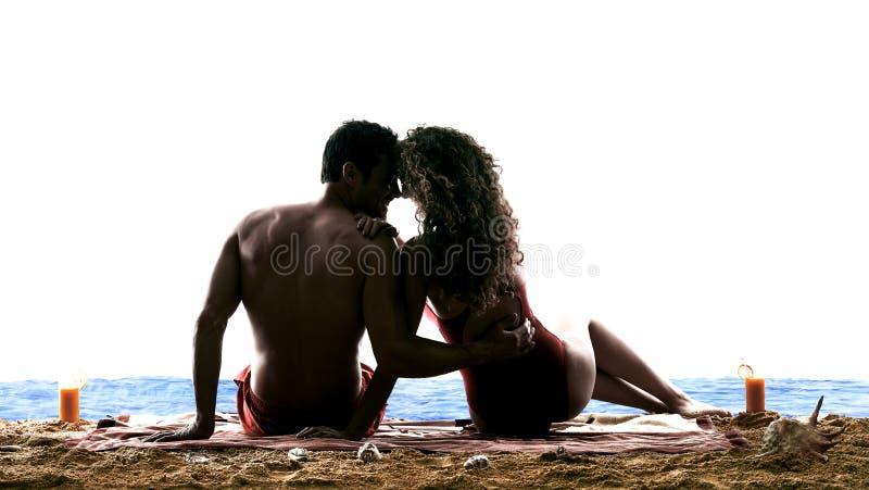 亲吻在海滩的夫妇恋人 库存照片