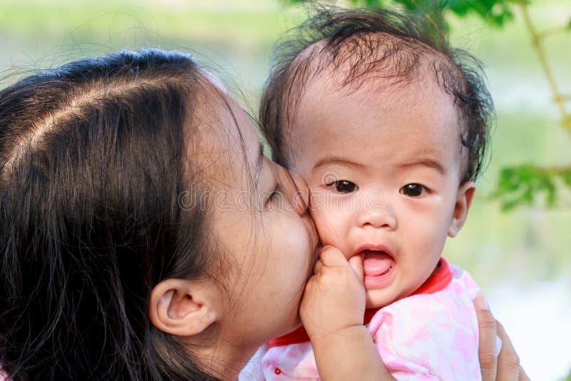 亲吻女儿的母亲 库存照片