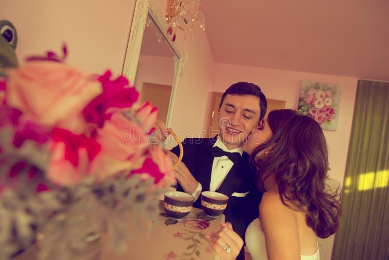 亲吻她的新郎的新娘在他们的婚礼之日 免版税库存照片