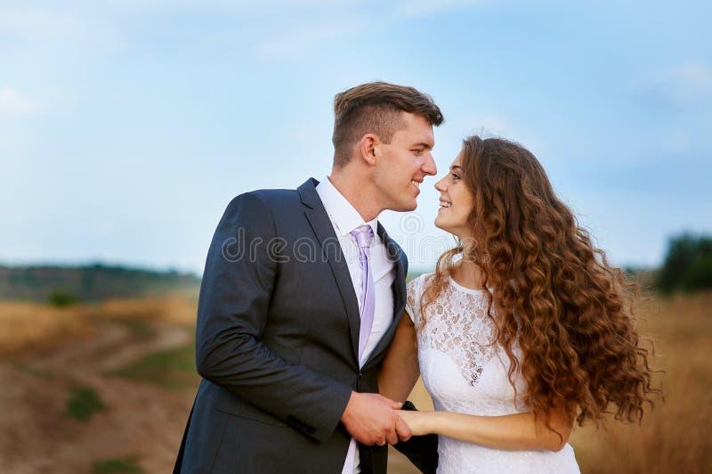 亲吻新娘的新郎在他们的婚礼之日 库存照片