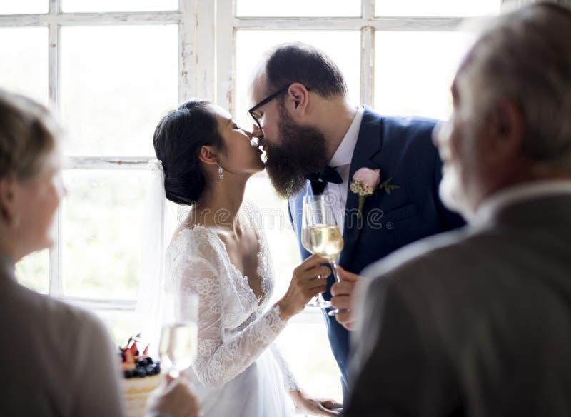亲吻新郎结婚宴会的新娘 库存照片
